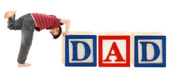 De Blokken van het alfabet en Aanbiddelijke DAD van de Jongen Stock Afbeelding