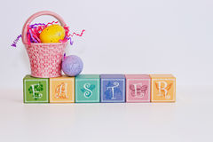De blokken van pastelkleurpasen op een grijze achtergrond Royalty-vrije Stock Foto