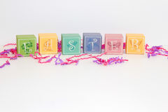 De blokken van pastelkleurpasen op een witte achtergrond Stock Foto