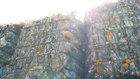 De blokken van troep plastic flessen storaged in openlucht Afval recyclingsconcept stock videobeelden