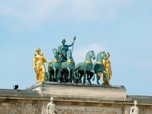 De blokkenwagen van Arc de Triomphe du Carrousel met een ruiter Royalty-vrije Stock Afbeeldingen