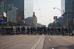 De blokkerende protestorsG8/G20 Top van de politielijn Royalty-vrije Stock Afbeeldingen