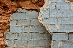 De blokmuren van breuksteen en sintel Stock Afbeeldingen