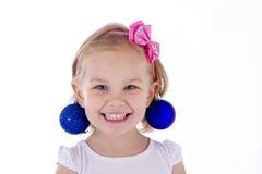 De blonde ballen van het portret blauwe Kerstmis van het peutermeisje als oorringen Royalty-vrije Stock Afbeelding