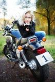 De blonde en grote motorfiets Royalty-vrije Stock Afbeelding