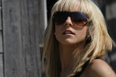De blonde in glazen Stock Afbeeldingen