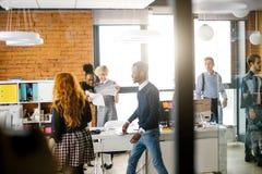 De blonde leider controleert het plan van de commerciële vergadering stock foto's