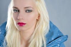 De blonde mooie rode lippen van het meisjesportret stock fotografie