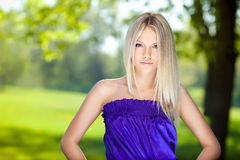 De blonde is op de achtergrond van de boom stock foto
