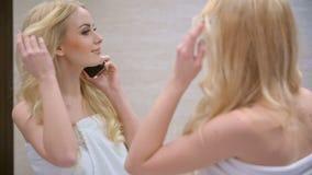 De blonde Telefoon van de Vrouwen Sprekende Cel stock videobeelden