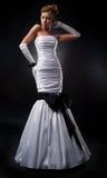 De blonde van de bruid in witte huwelijkskleding en handschoenen Royalty-vrije Stock Afbeelding