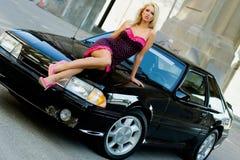 De Blonde van de sportwagen Stock Foto's