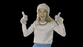 De blonde vrouw elegant gekleed in een hoed en een vuisthandschoenen gevouwen doloni wordt rond geraakt en leidt haar ogen, gliml stock video