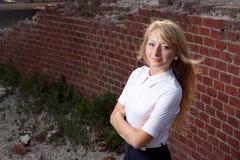 De blonde vrouw lited door zon Stock Afbeeldingen