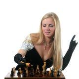 De blonde vrouw maakt schaakmat royalty-vrije stock afbeeldingen