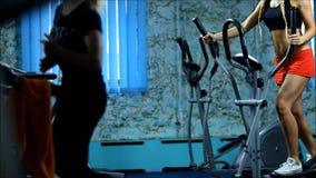 De blonde vrouw op de stepper gymnastiek stock video