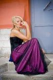 De blonde vrouw in sexy stelt Royalty-vrije Stock Afbeeldingen