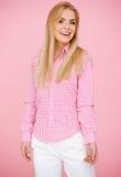 De Blonde Vrouw van de pret in Roze Stock Afbeeldingen
