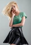 De blonde vrouwen op een manier kleedt zich stock foto's