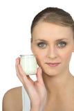 De blonde yoghurt van de vrouwenholding Royalty-vrije Stock Afbeelding