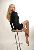 De blonde zet op stoel Stock Foto