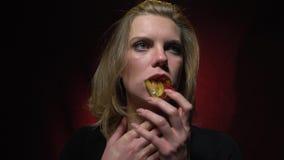 De blondeduwen zetten wormen in haar mond en haar misselijkheid op gelei stock footage