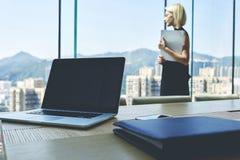 De blondevrouw bekwame CEO van succesvol bedrijf met document documenten in handen denkt over toekomstige vergadering met persone Royalty-vrije Stock Fotografie