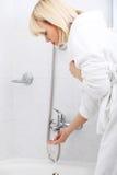 De blondevrouw gaat een bad nemen Stock Afbeeldingen