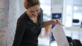 De blondevrouw lijmt gelukkig Schots op beeld met grafiek stock footage