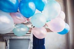 De blondevrouw met ballons viert iets Royalty-vrije Stock Foto