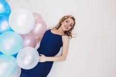 De blondevrouw met ballons viert iets Royalty-vrije Stock Foto's