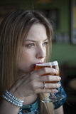 De blondevrouw met Mooie Blauwe Ogen drinkt een Drinkbeker Bier Stock Foto's