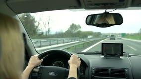 De blondevrouw met zonnebril volgt GPS-instructies stock video