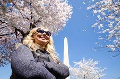 De blondevrouw stelt met een betekenis van voltooiing en verwezenlijking in Washington DC, het Capitool van Verenigde Staten stock foto's