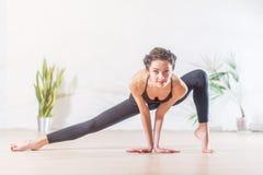 De blootvoetse elegante Kaukasische ballerina die uitrekkende oefening doen die zich op tiptoe in kant bevinden valt positie uit  Stock Foto