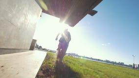 De blootvoetse spiermens lanceert het gras extremaly uitvoerend tik van de hoogte bij zonnige dag stock videobeelden