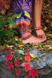 De blootvoetse vrouwenbenen en dient yogarek in stellen in kleurrijk royalty-vrije stock afbeelding