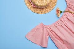 De blouse van de van-de-schouderschommeling met vlakke strohoed, legt beeld Stock Foto's