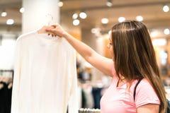 De blouse van de vrouwenholding in hanger in manieropslag stock afbeeldingen