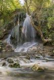 De Boaza-waterval wordt gevestigd dichtbij de hoofdweg Varna - Sofia in het Boaza-gebied Het is een kleine waterval weg over 5 me stock afbeelding