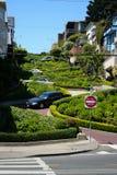 De bochtige straat van San Francisco - Lombard straat royalty-vrije stock afbeelding