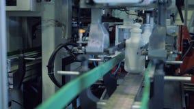 De bodem van plastic die containers wordt door een automatisch mechanisme wordt afgesneden stock videobeelden