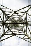 De bodemmening van de transmissietoren Machtstoren op bewolkte hemel Elektriciteits pylon structuur voor machtslijn Hoogspannings royalty-vrije stock fotografie