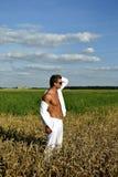 De bodybuilder kleedde zich in wit op het gebied Royalty-vrije Stock Fotografie