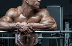 De bodybuilder treft voorbereidingen om oefeningen met barbell te doen royalty-vrije stock afbeeldingen