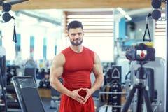 De bodybuilder van de Bloggeratleet maakt een video in de gymnastiek Royalty-vrije Stock Foto