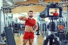 De bodybuilder van de Vloggeratleet maakt een video in de gymnastiek Royalty-vrije Stock Foto's