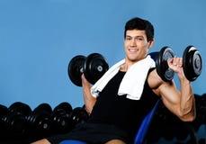 De bodybuilderoefeningen van Smiley met gewichten Royalty-vrije Stock Foto's