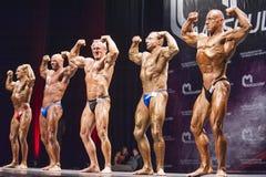 De bodybuilders tonen hun beste voor dubbele bicepsen stellen Royalty-vrije Stock Foto's