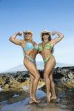 De bodybuilders van vrouwen bij strand. Stock Afbeelding